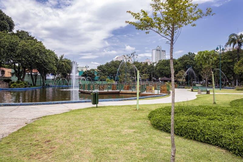 Jezioro z fontanną w Parkowym Santos Dumont, Sao Jose dos campos, Brazylia zdjęcia royalty free