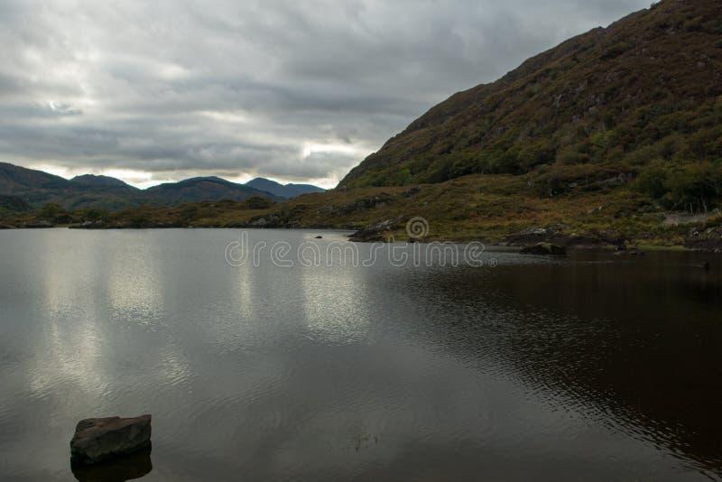 Jezioro z kamieniem przy dama widokiem obrazy stock