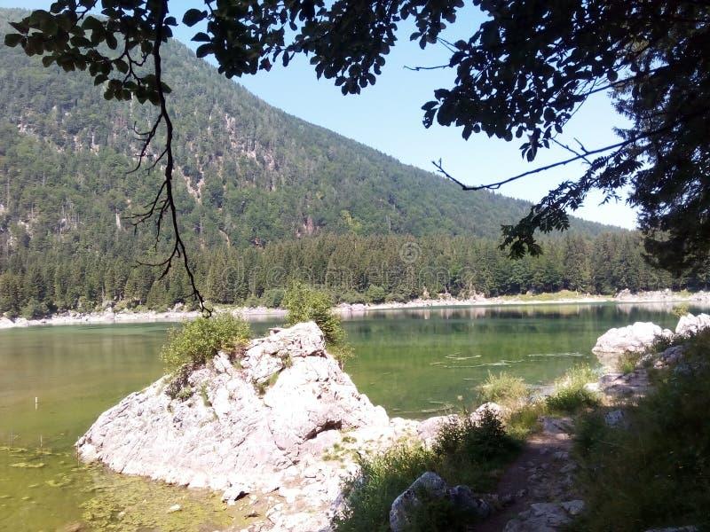 Jezioro z małą górą w tle fotografia royalty free