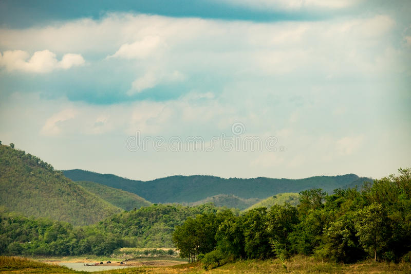 Jezioro z pasmem górskim zdjęcie stock