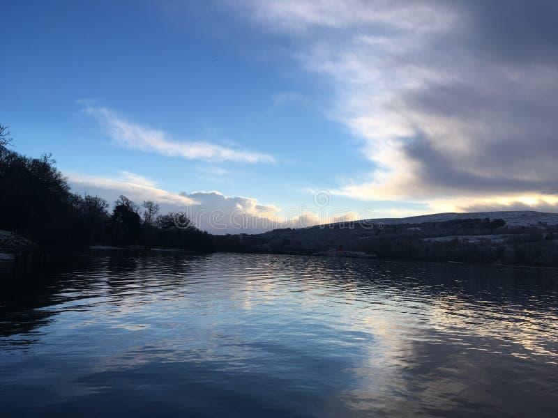 Jezioro z purpurowymi brzmieniami obrazy royalty free