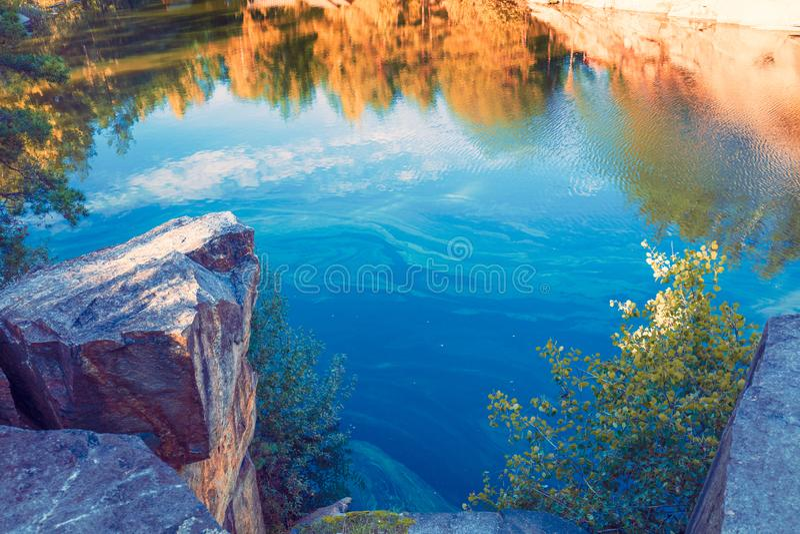Jezioro z skalistym brzeg obrazy royalty free