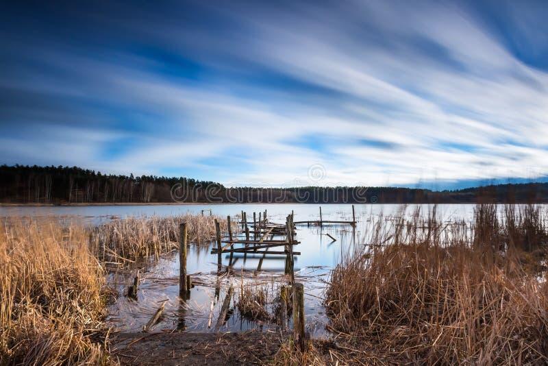 Jezioro z starym zniszczonym molem obrazy royalty free