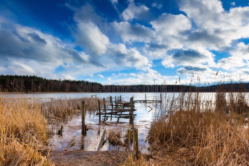 Jezioro z starym zniszczonym molem obraz royalty free