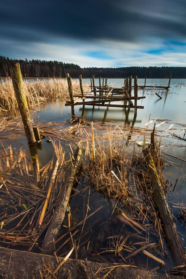 Jezioro z starym zniszczonym molem zdjęcie stock