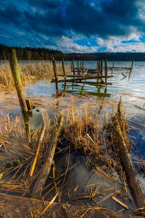 Jezioro z starym zniszczonym molem zdjęcia royalty free