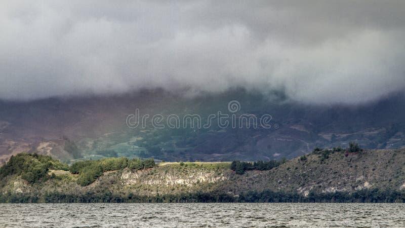 Jezioro z tęczą wokoło moountains zdjęcie stock