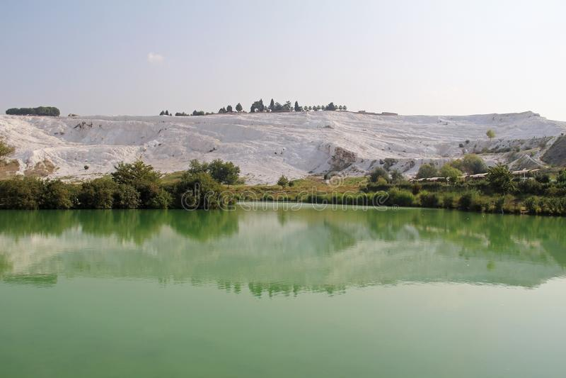 Jezioro z zieleni wodą, wapniejący wapień tarasuje na tle, Pamukkale, Turcja zdjęcie stock