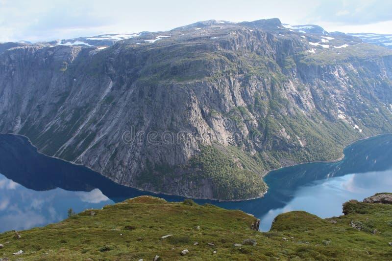 Jezioru otaczają góry obraz royalty free