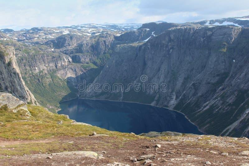 Jezioru otaczają góry fotografia stock