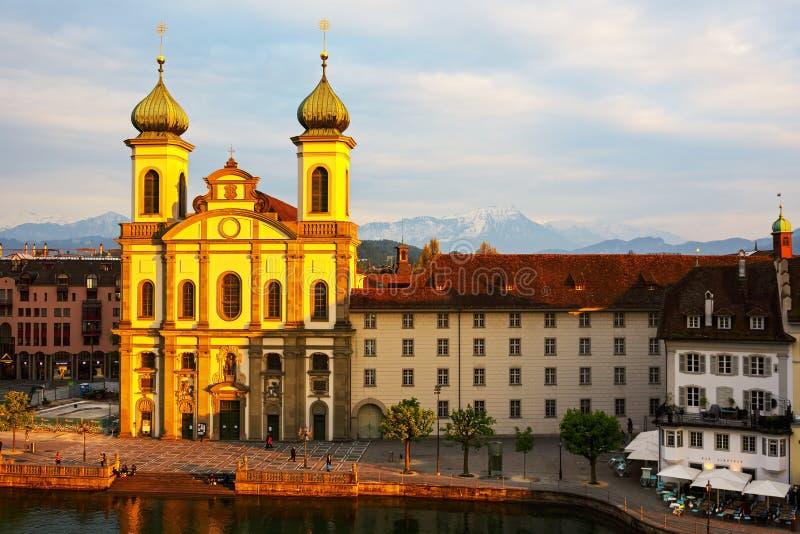 Jezuïetkerk door de Reuss-rivier in Luzerne stock afbeelding