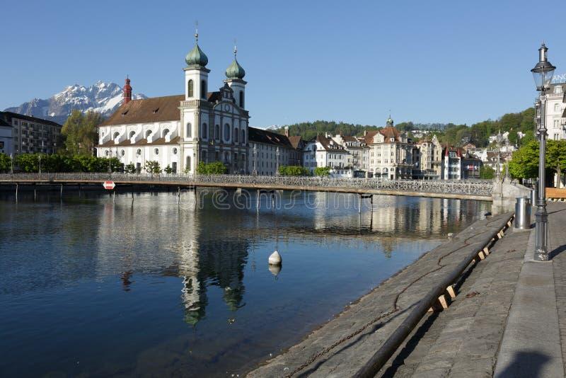 Jezuïetkerk door rivier Reuss in Luzerne royalty-vrije stock fotografie