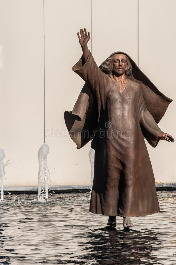 Jezus chodzi na wodzie przy Chrystus katedrą w Ogrodowym gaju, Kalifornia zdjęcie royalty free