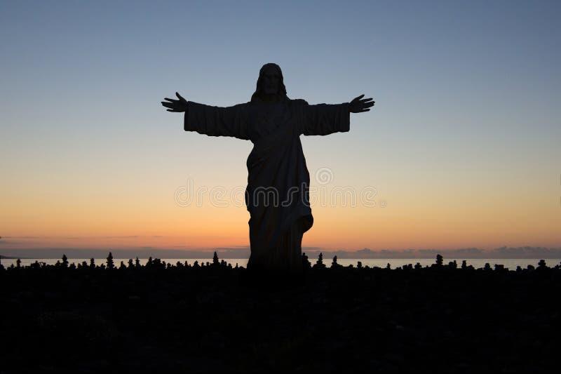 Jezus Chrystus kocha ciebie - statuy sylwetka fotografia royalty free