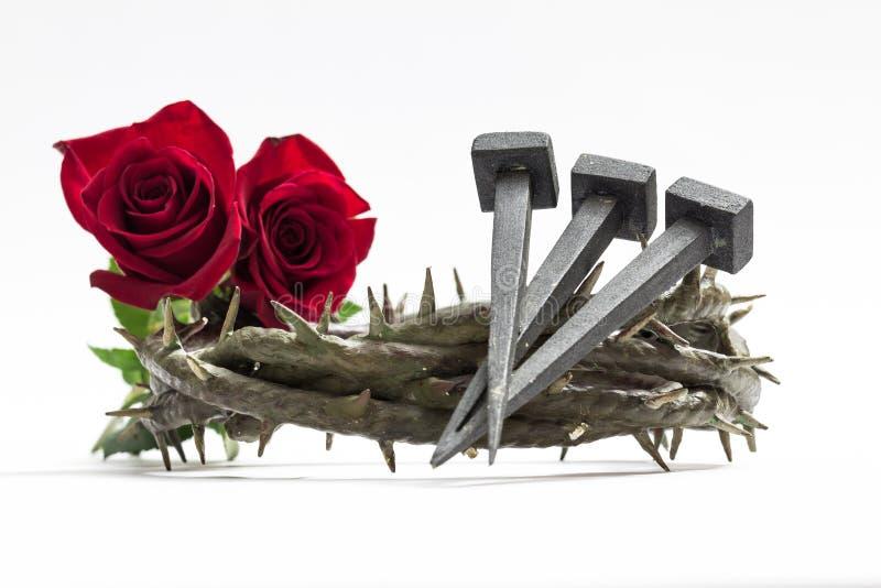 Jezus Chrystus korona ciernie, gwoździe i dwa róży, zdjęcia stock