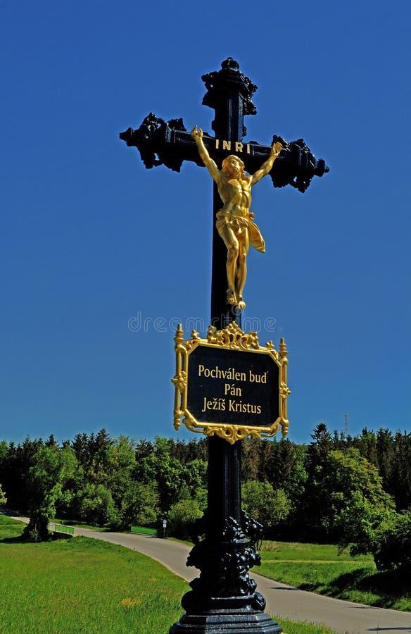 Jezus Chrystus na krzyżu z niebieskim niebem w tle zdjęcie stock