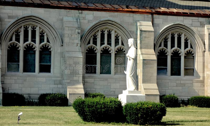 Jezus Chrystus statua i kościół katolickich okno zdjęcia stock