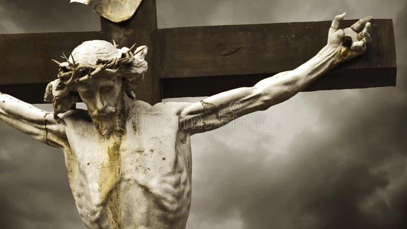 Jezus Chrystus ukrzyżowany. Krzyżowanie. Chrześcijanina krzyż z jezus chrystus statuą nad burzowym chmura czasu upływem. 1920x1080 zbiory wideo
