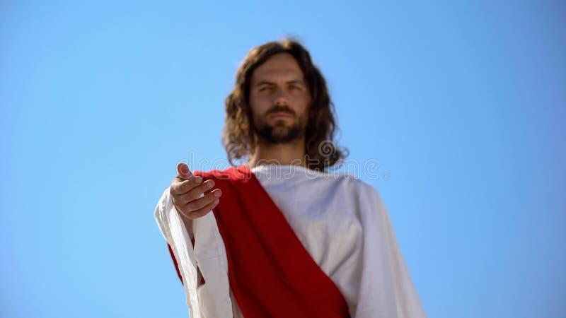Jezus die arm tot camera rekent, vergeeft zondaars, helpt hand en liefdadigheid stock afbeelding