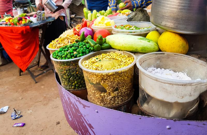 jhal muri摊位接近的照片,孟加拉,爆米花的街道食物装饰用辣椒蕃茄黄瓜和柠檬 库存图片