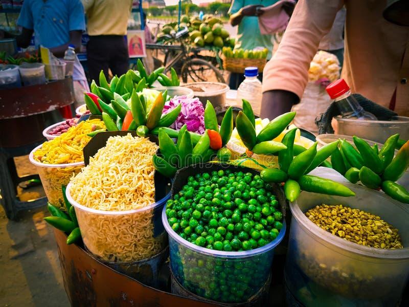 Jhalmuri-Mischung chaat, das von einem Schnellimbissverkäufer verkauft wird stockfotografie
