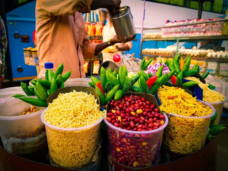 Jhalmuri-Mischung chaat, das von einem Schnellimbissverkäufer verkauft wird lizenzfreie stockbilder