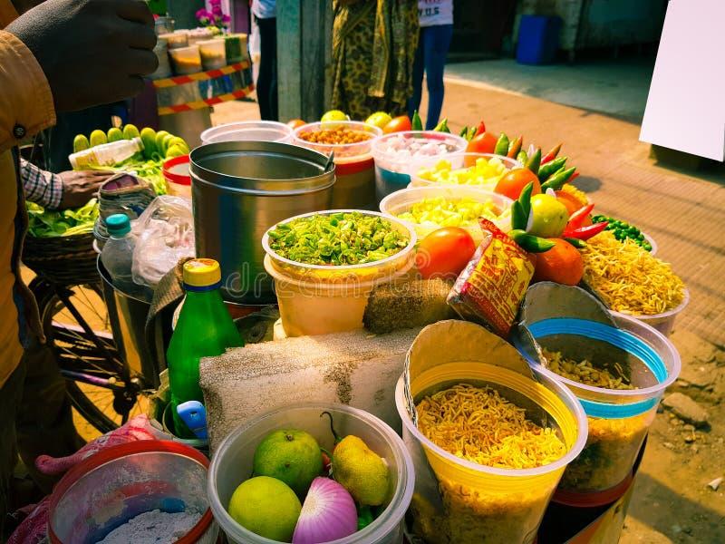 Jhalmuri-Mischung chaat, das von einem Schnellimbissverkäufer verkauft wird lizenzfreies stockfoto