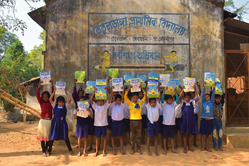 Jhargram, западная Бенгалия, Индия - 2-ое января 2019: Международный день книги был отпразднован студентами начальной школы с стоковые фотографии rf