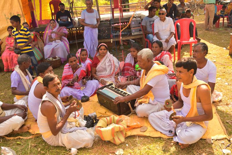 Jhargram, δυτική Βεγγάλη, Ινδία - 23 Νοεμβρίου 2018: Τα άσματα ομάδας Krishna λαγών αποκαλούμενα επίσης kirtan απέδιδαν σε ένα χω στοκ φωτογραφίες