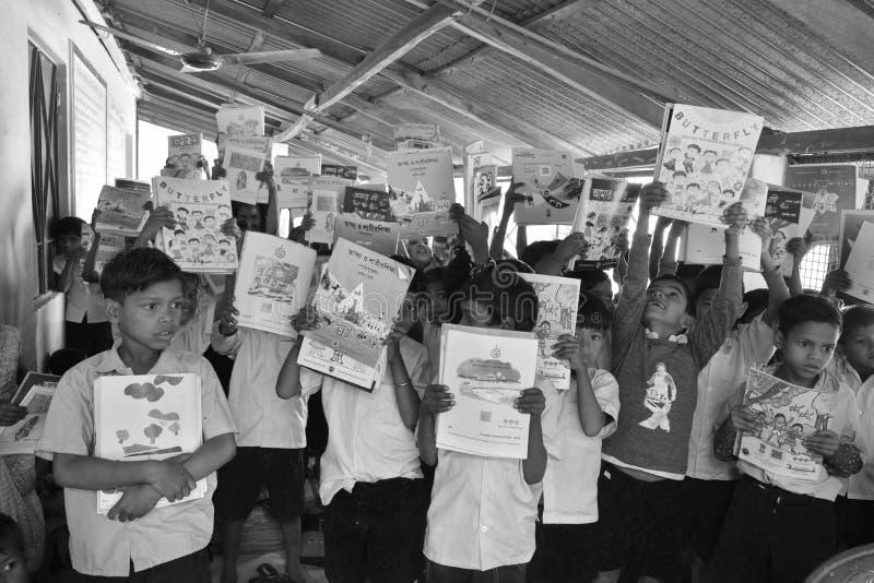 Jhargram, Bengal ocidental, Índia - 2 de janeiro de 2019: O dia internacional do livro foi comemorado pelos estudantes de uma esc fotos de stock royalty free