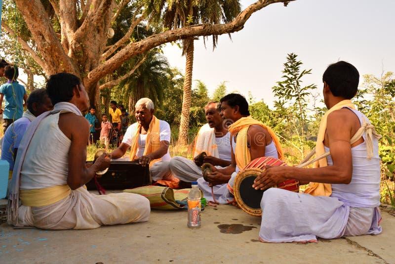 Jhargram, Bengal ocidental, Índia - o grupo que de Krishna da lebre os cantos igualmente chamaram kirtan estava executando em um imagem de stock royalty free