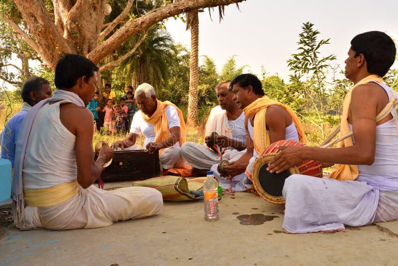 Jhargram, Bengal ocidental, Índia - o grupo que de Krishna da lebre os cantos igualmente chamaram kirtan estava executando em um imagens de stock royalty free