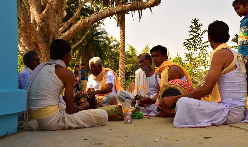 Jhargram, Bengal ocidental, Índia - o grupo que de Krishna da lebre os cantos igualmente chamaram kirtan estava executando em um fotos de stock royalty free