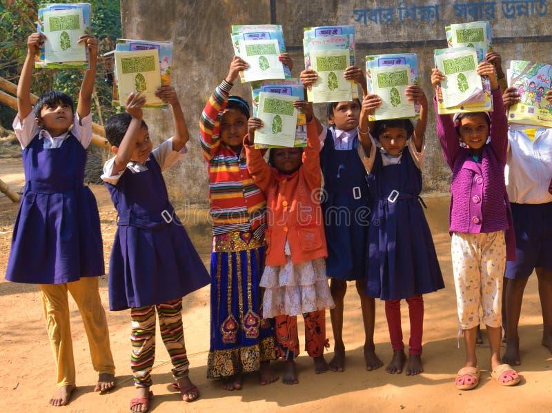Jhargram, Bengala Occidental, la India - 2 de enero de 2019: El día internacional del libro fue celebrado por los estudiantes de  fotos de archivo libres de regalías