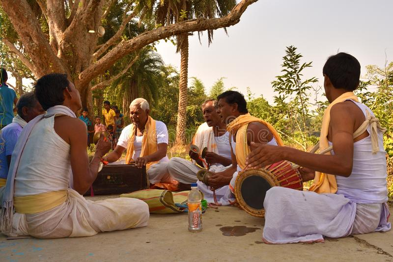 Jhargram, le Bengale-Occidental, Inde - le groupe de Krishna de lièvres que les chants ont également appelé kirtan exécutait  images stock