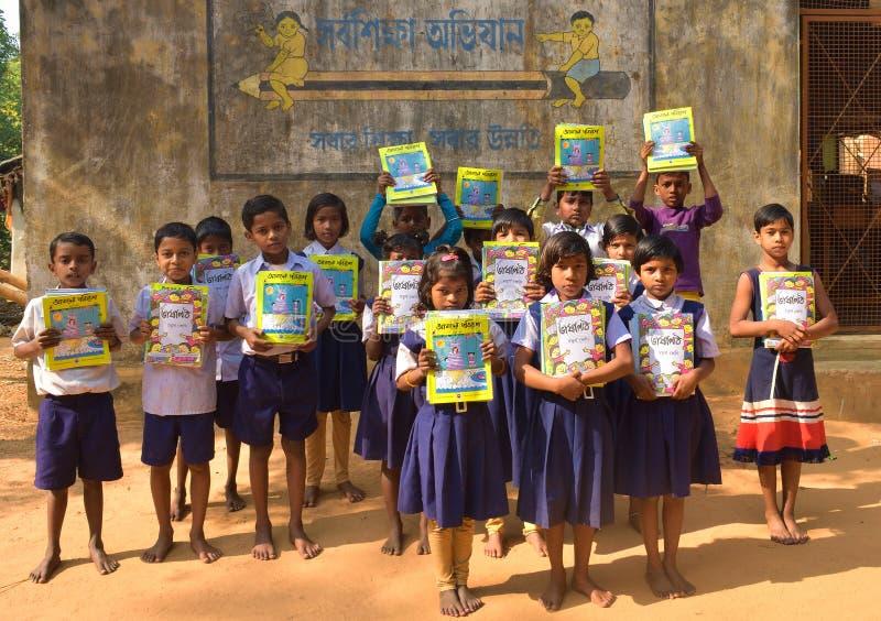 Jhargram västra Bengal, Indien - Januari 2, 2019: Den internationella bokdagen firades av studenterna av en grundskola för barn m arkivfoto