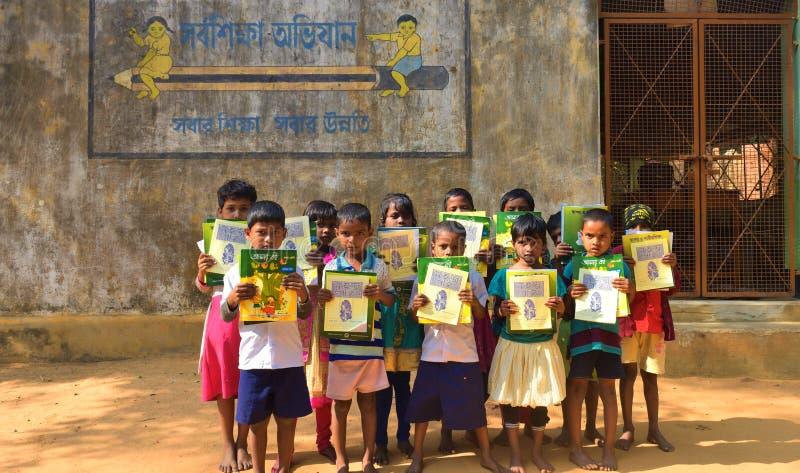 Jhargram västra Bengal, Indien - Januari 2, 2019: Den internationella bokdagen firades av studenterna av en grundskola för barn m arkivbild