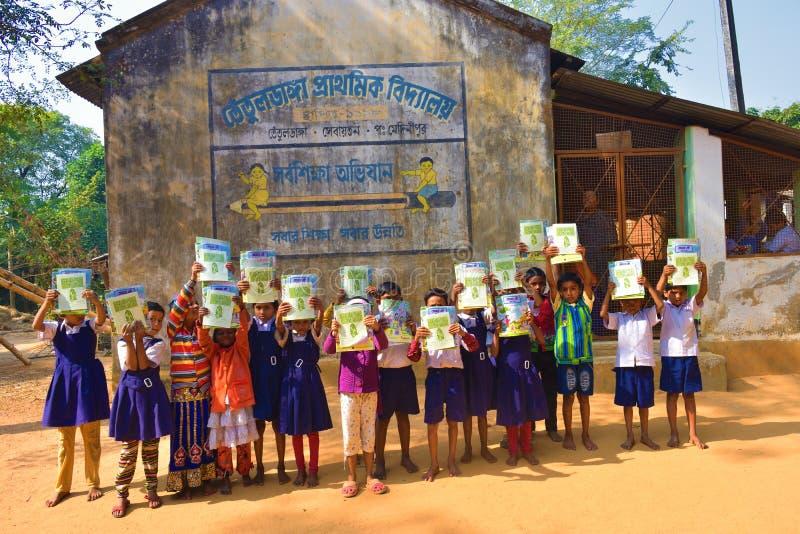 Jhargram västra Bengal, Indien - Januari 2, 2019: Den internationella bokdagen firades av studenterna av en grundskola för barn m arkivbilder