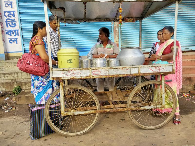 Jhargram västra Bengal, Indien - Maj 05, 2018: en gatamatförsäljare sålde edlien, södra indisk en matsängkant royaltyfria foton