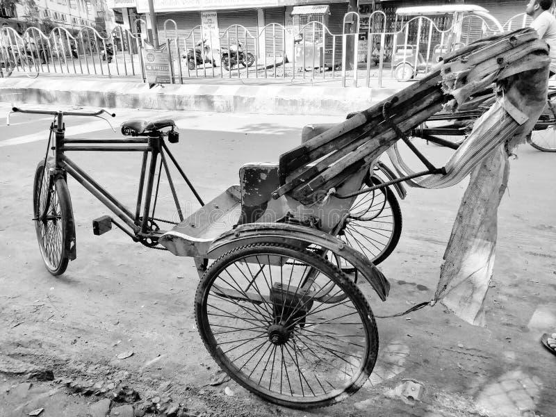 Jhargram, West-Bengalen, India - Mei 05, 2019: Het zwart-witte beeld van de lege hand van A trok rickshwa op een weg van een stad stock fotografie