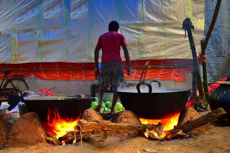 Jhargram, Zachodni Bengalia India, Grudzień, - 15,2018: Niektóre ludzie gotują jedzenie w dużym rondlu dla świętować ślub fotografia royalty free
