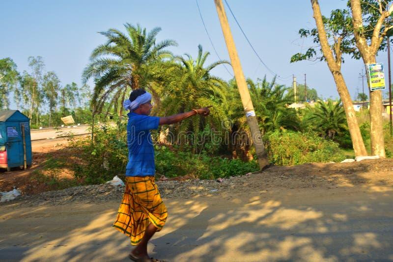 Jhargram, Zachodni Bengalia, India Kwiecień 28, 2018: stary santal Indiański plemię stary człowiek był chodzący i wskazujący napr zdjęcie stock