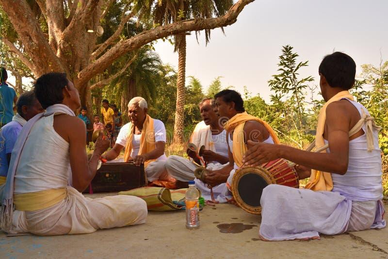 Jhargram, Zachodni Bengalia, India - Zajęczy Krishna grupy skandowania także dzwoniący kirtan wykonywali w wiosce Kirtan, grup obrazy stock