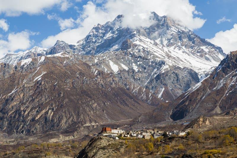 Jharkot by på den Annapurna strömkretsen arkivbild