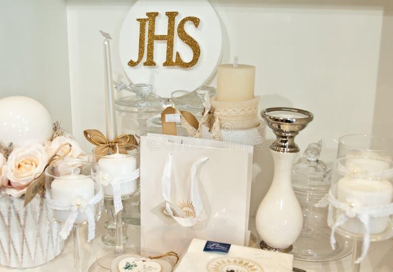 JHS - Erste Artikel der heiligen Kommunion auf Regal in einem Shop stockfotos