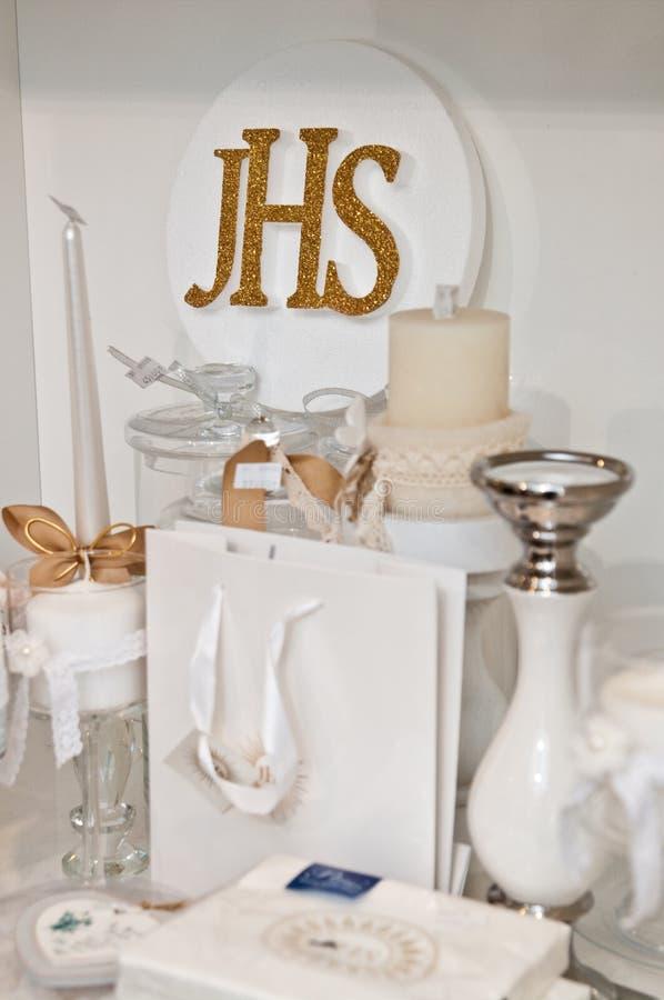 JHS - Första nattvardartiklar på hylla i en shoppa royaltyfria bilder