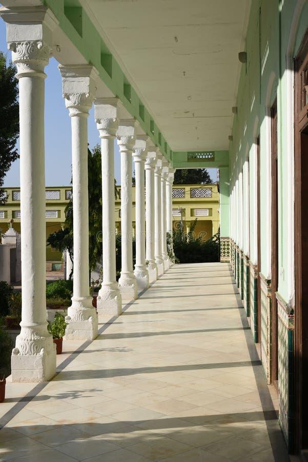 Jhunjhunu, Rajasthán, la India: 3 de octubre de 2015: Fragmento de la herencia magnífica Neemrana Haveli de Piramal imagen de archivo