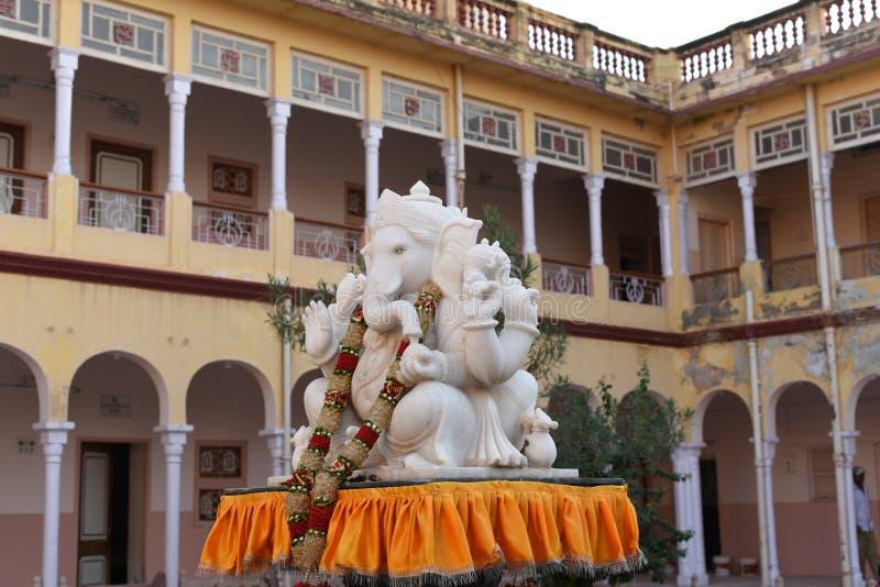 Jhunjhunu, Rajasthan, Índia: 3 de outubro de 2015: Deus Ganesh Statue no templo indiano do deus de Sati da deidade foto de stock
