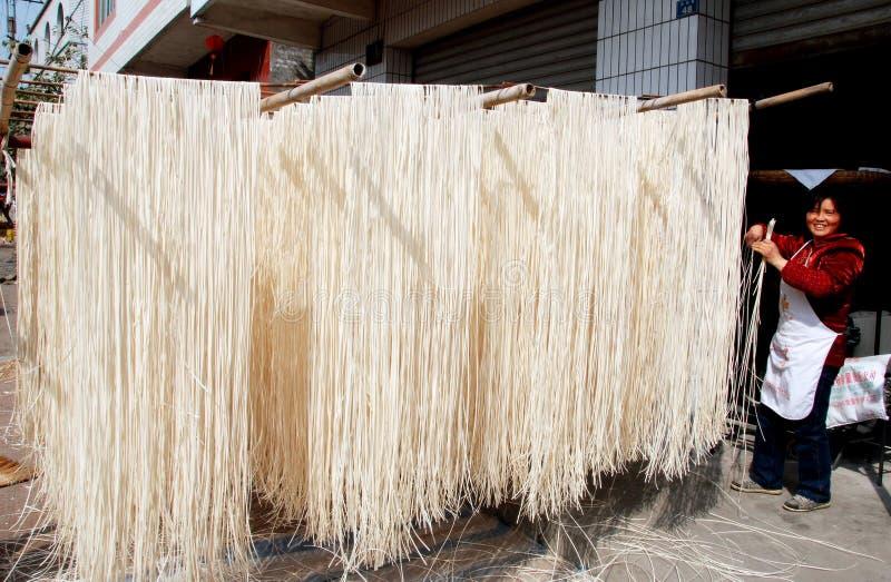 Jia macilento, China: Macarronetes que secam em Sun imagem de stock