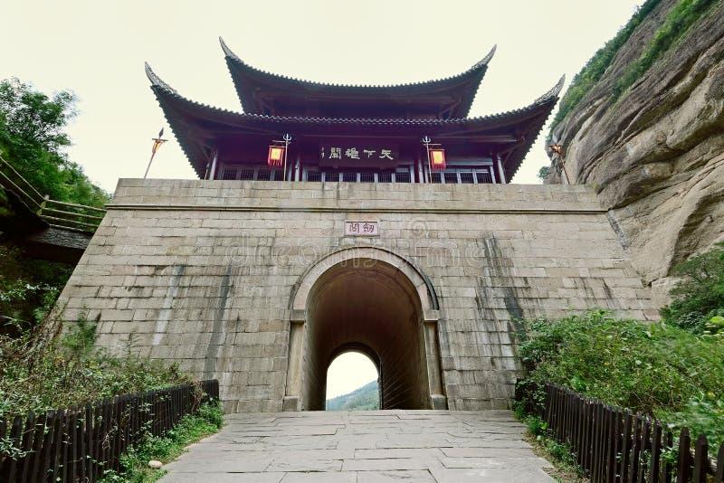 Jianmen-Durchlauf (Jianmenguan) hinter dem Schießen lizenzfreies stockbild